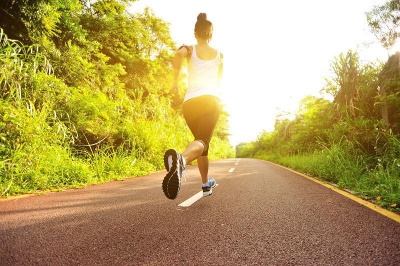 森林小径跑步的女子