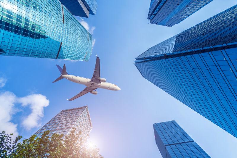 城市空中的飞机