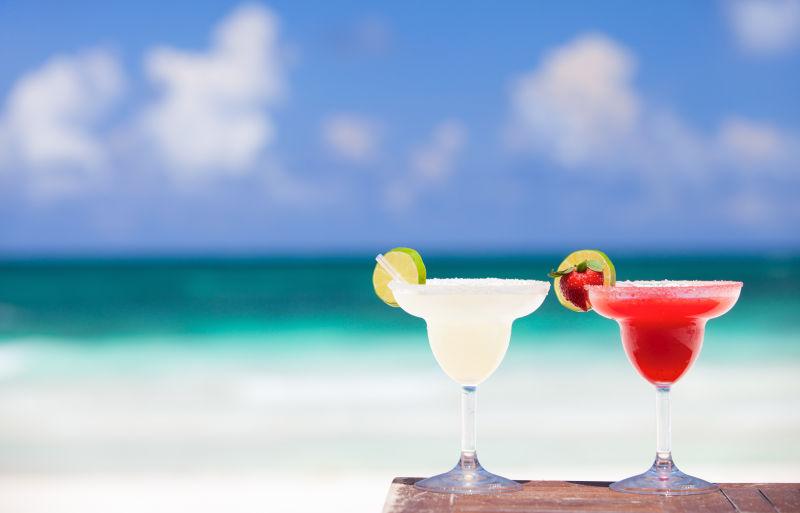 两杯不同颜色的冰镇鸡尾酒
