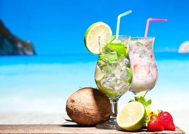 度假区背景上的两杯冰镇鸡尾酒