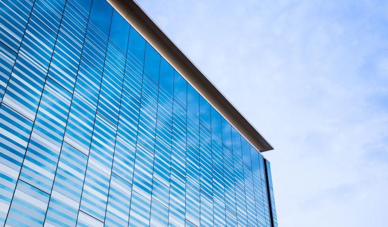 现代玻璃建筑反射天空背景
