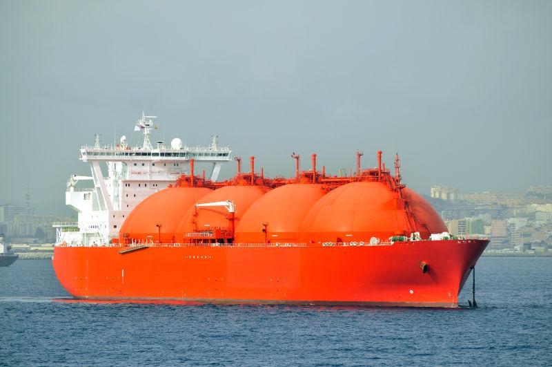 蓝色海面上行驶的红色货船