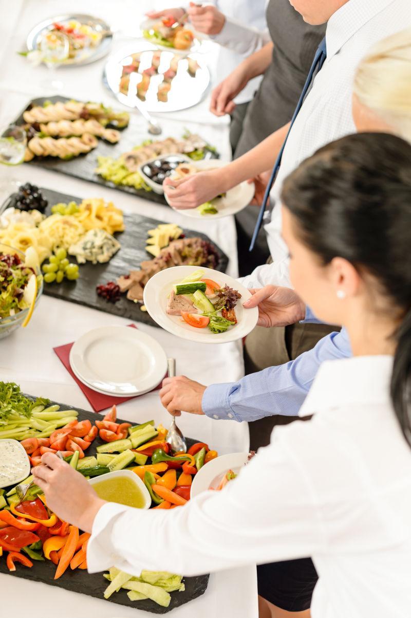 商务活动中自助餐桌旁的餐饮人员