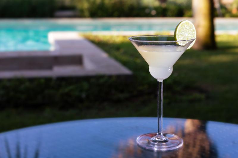 户外度假酒吧玻璃桌上的鸡尾酒杯