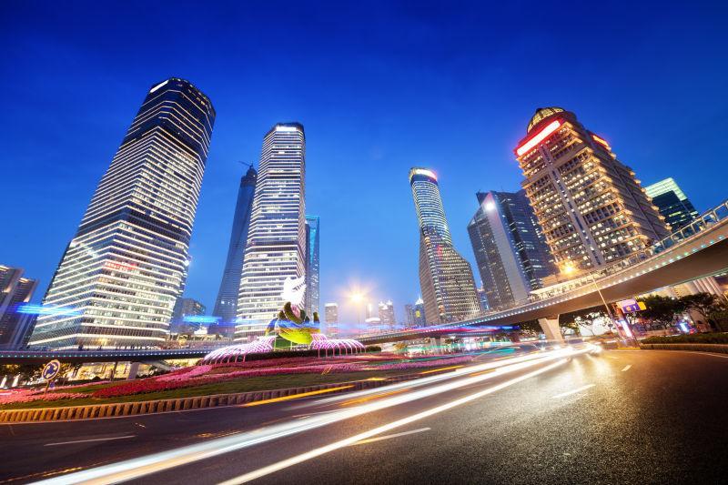 上海陆家嘴金融中心夜间车流