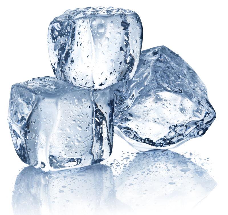 白色背景下的三个冰块