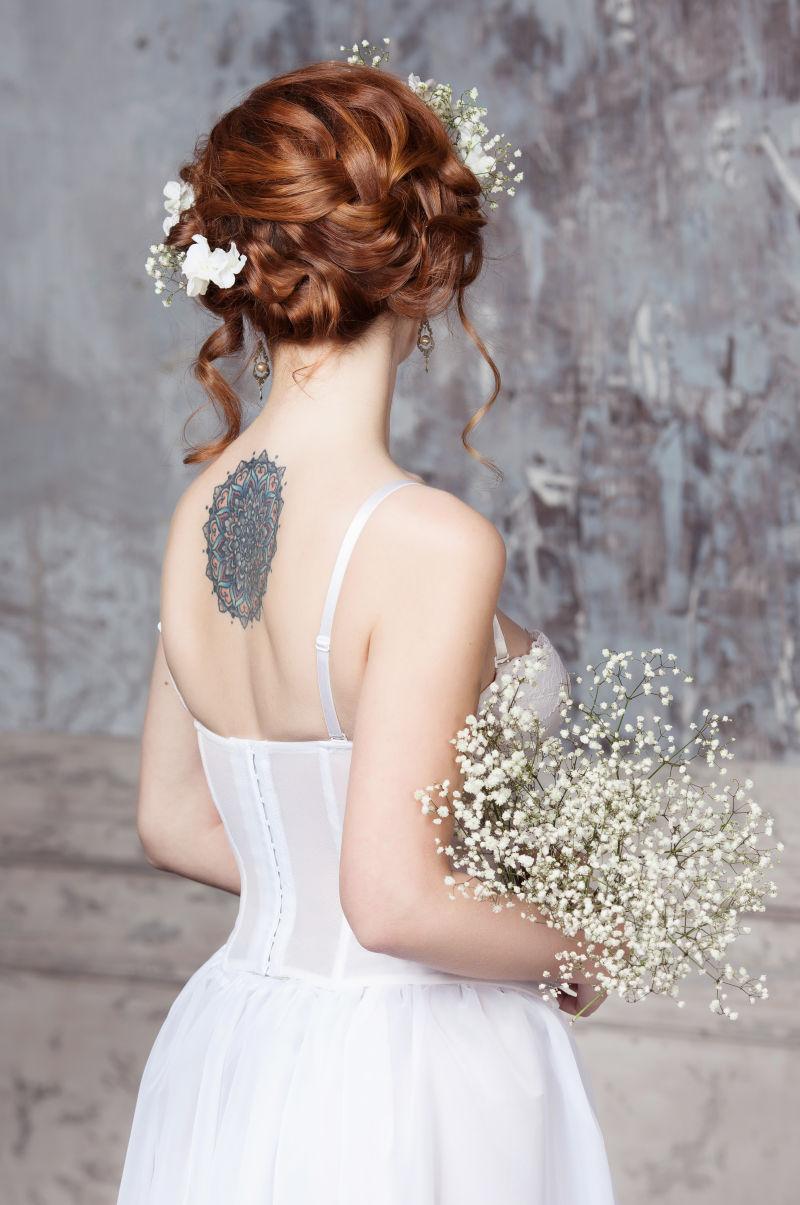 美丽新娘背后的纹身