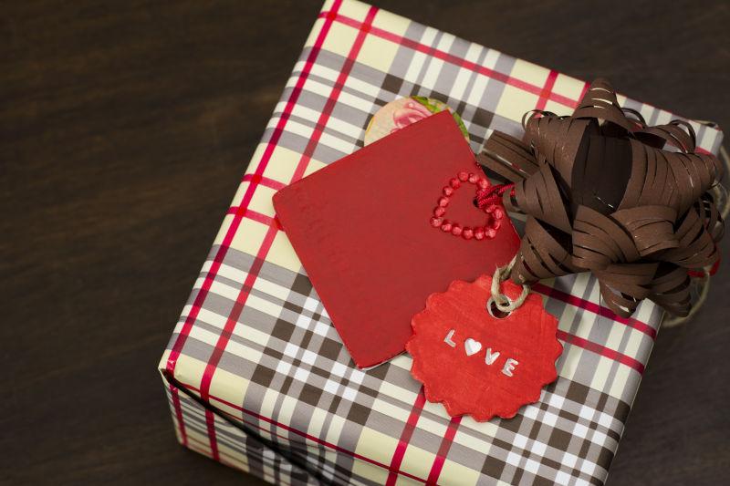 图片 创意图片 木制背景的情人节红心贺卡