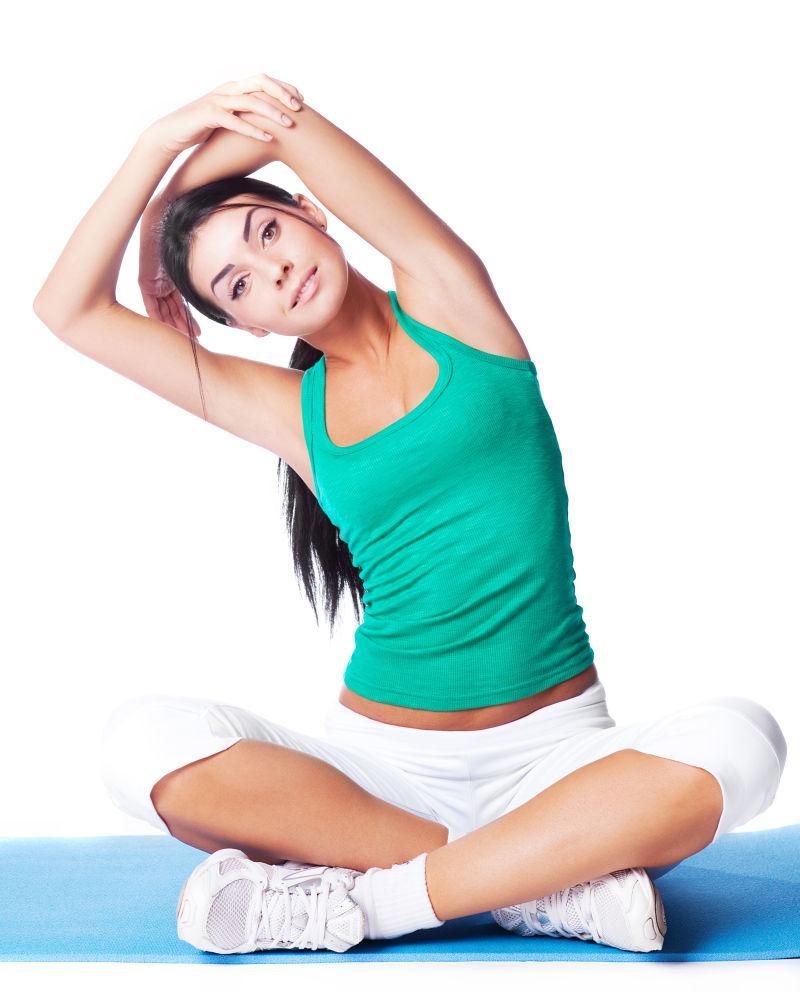 盘腿坐在地上健身的美女