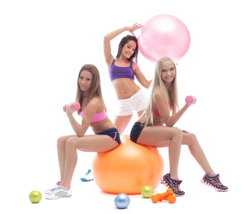 微笑的运动女孩摆姿势健身