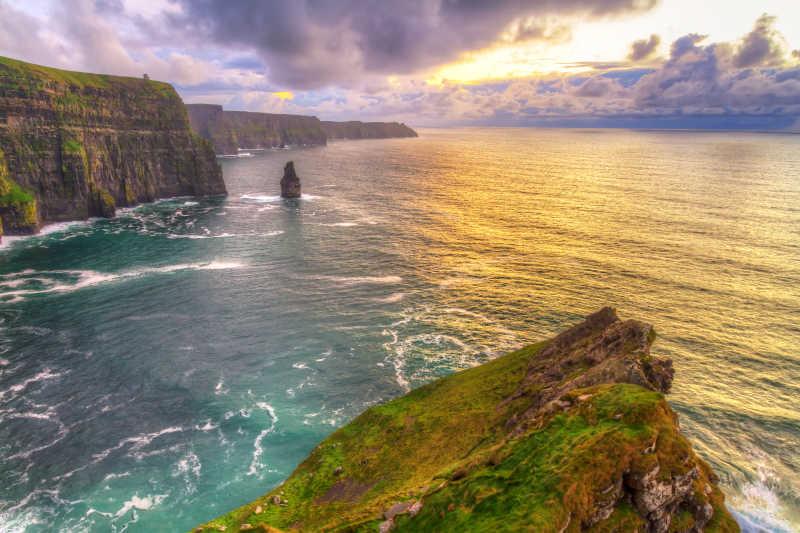 爱尔兰的日出悬崖风光