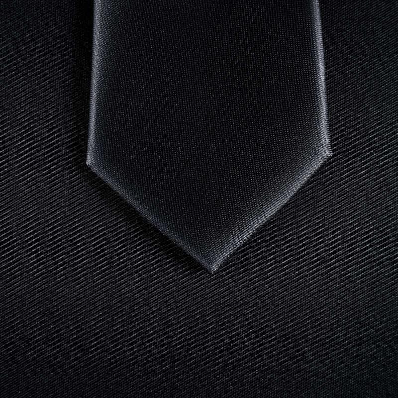 东方男士的西装黑色领带
