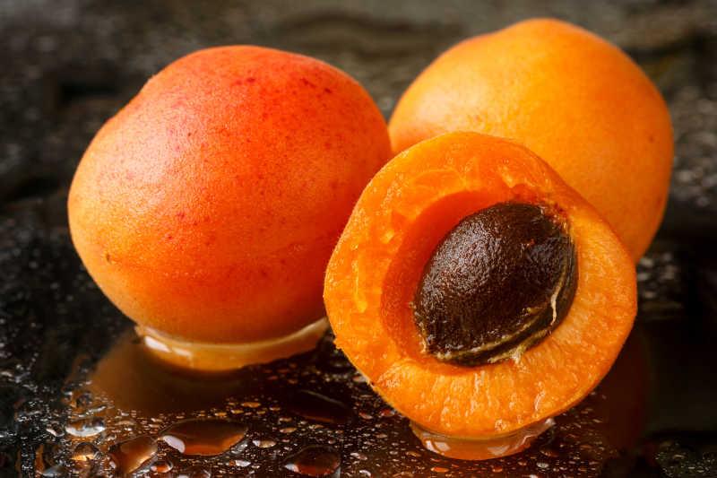 洗干净的成熟多汁的杏