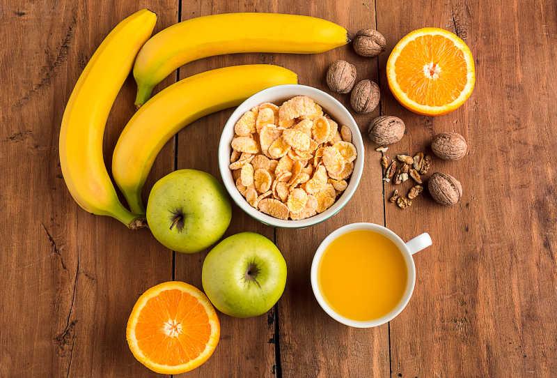 新鲜水果搭配燕麦、核桃早餐