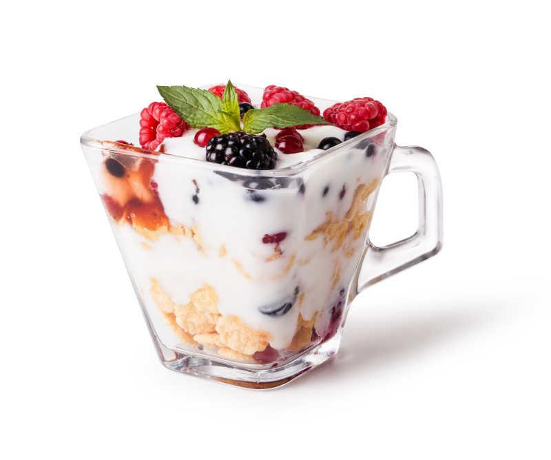 坚果、浆果薄荷酸奶