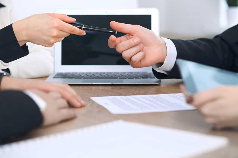 讨论合同文件的商人或律师团体