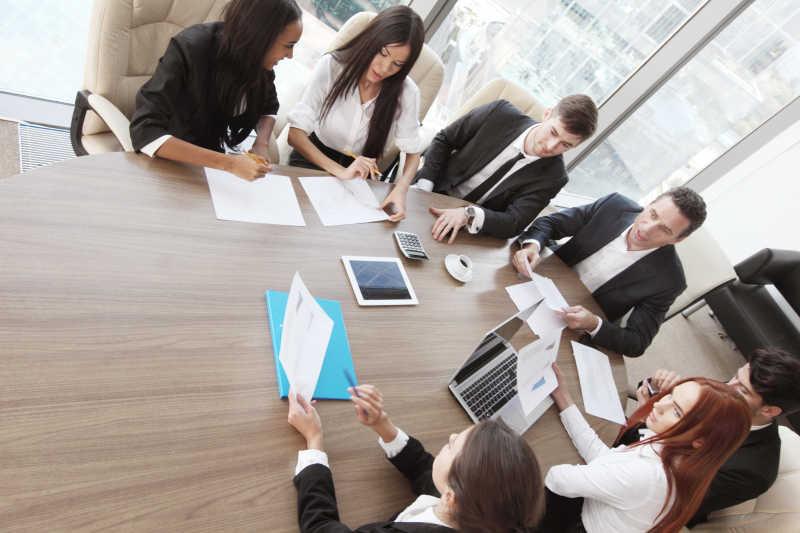 办公室里正在讨论的商业团队