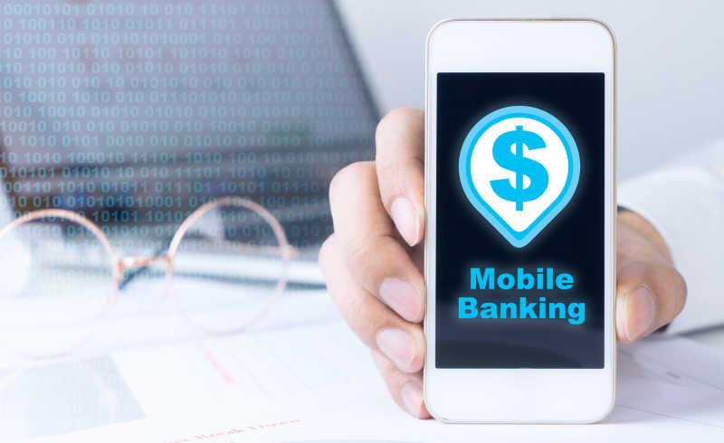 商人正在使用智能手机进行手机银行业务。