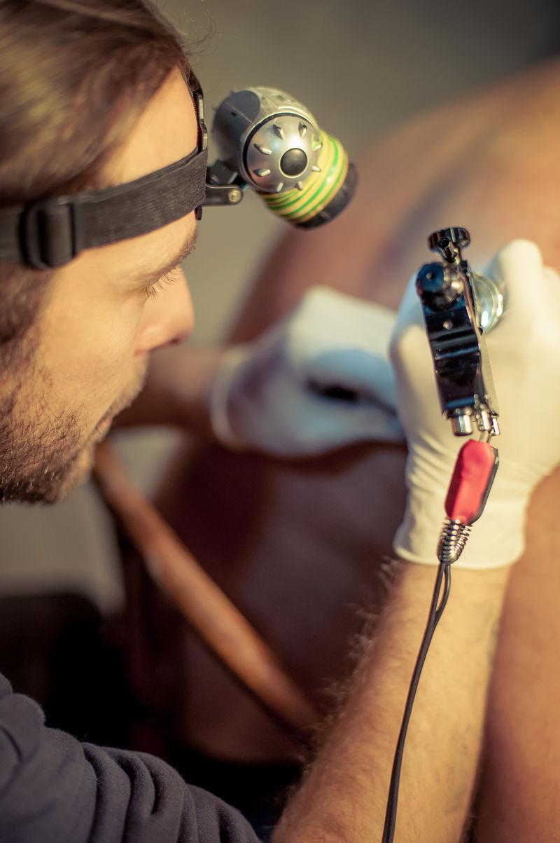 男顾客纹身艺术家