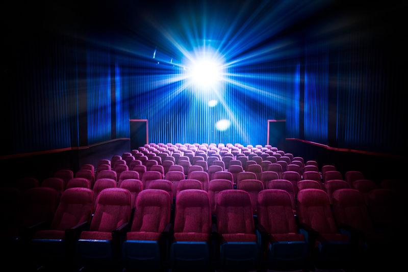 带有空座位和放映机/高对比度图像的电影院