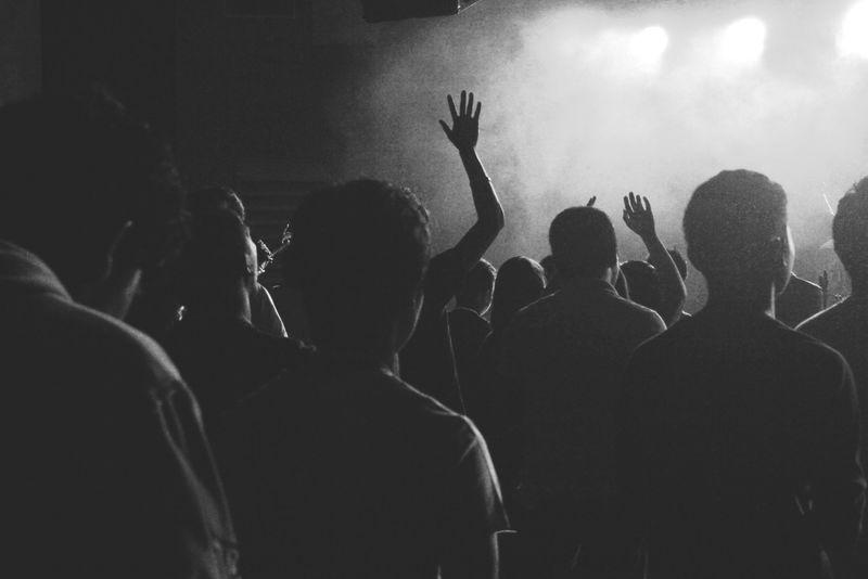 音乐会上人群中的影子