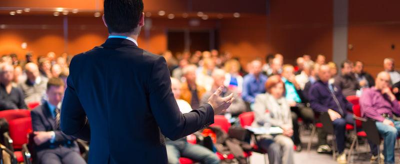 商务会议和演讲的发言人。