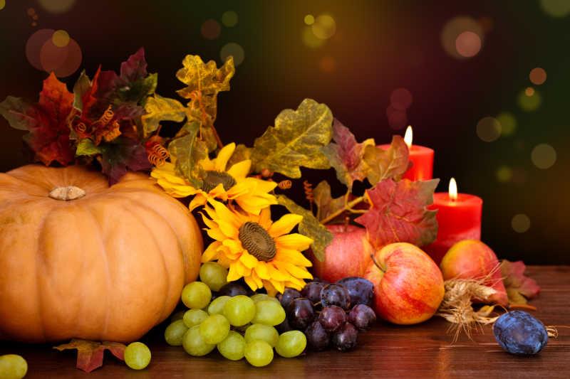 木桌上的秋天堆在一起的水果和蔬菜