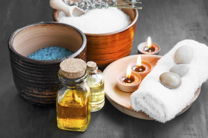 SPA水疗皮肤护理所需毛巾燃烧的蜡烛精油和海盐