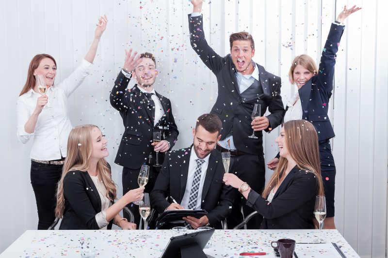 团队成员庆祝合作的成功
