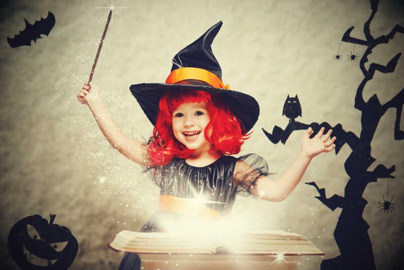 万圣节背景下女巫装扮的小女孩