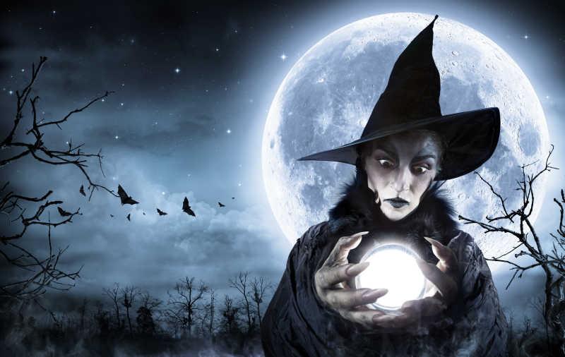 鬼魅背景下捧着水晶球的女巫