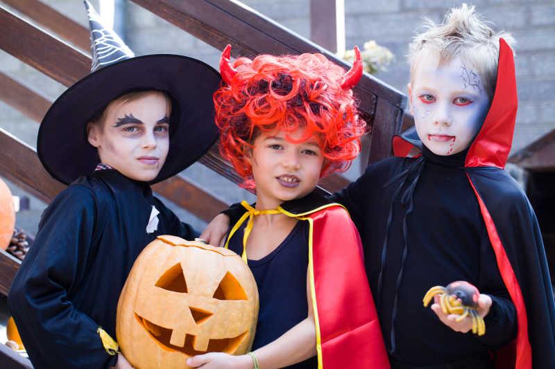 万圣节装扮的小孩们和南瓜灯