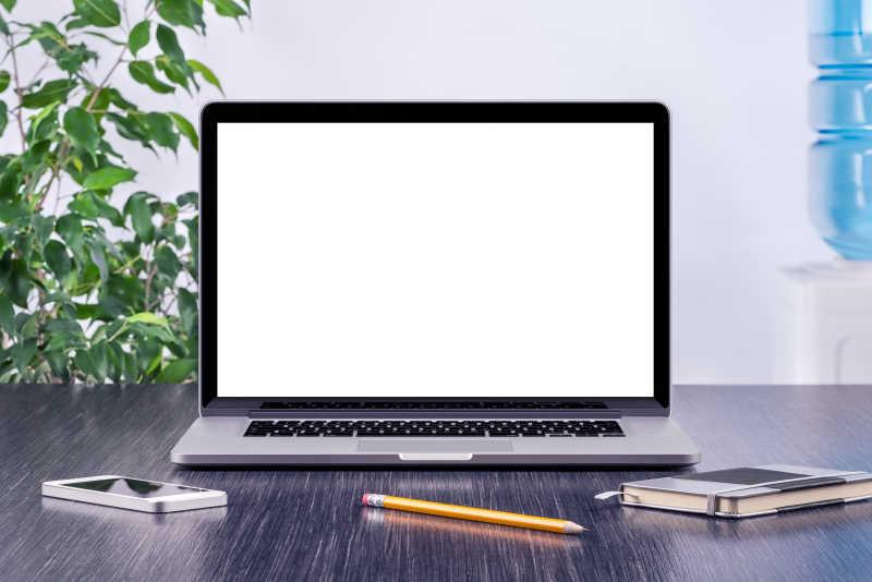 办公桌上的办公用品图片素材_苹果电脑下面的眼镜和_.