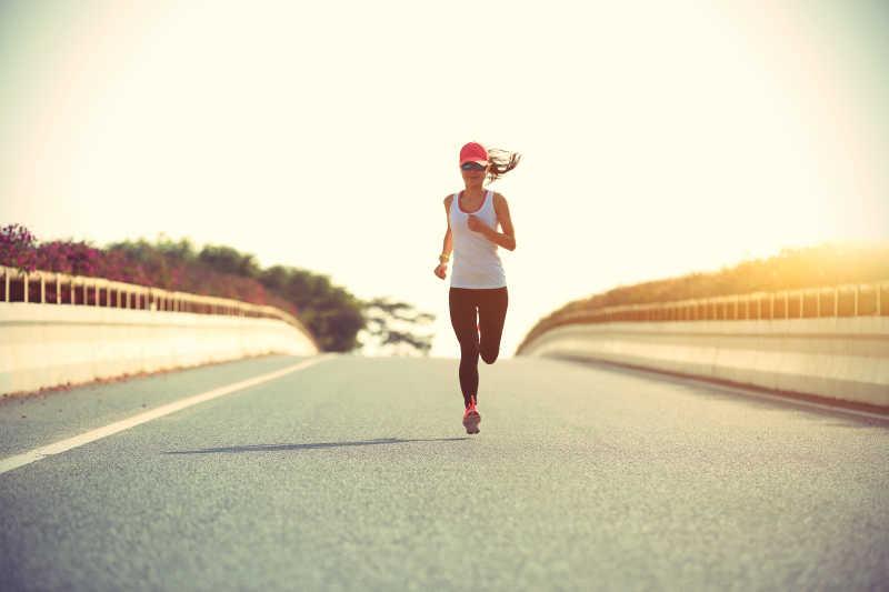 健身女子运动员跑在路上