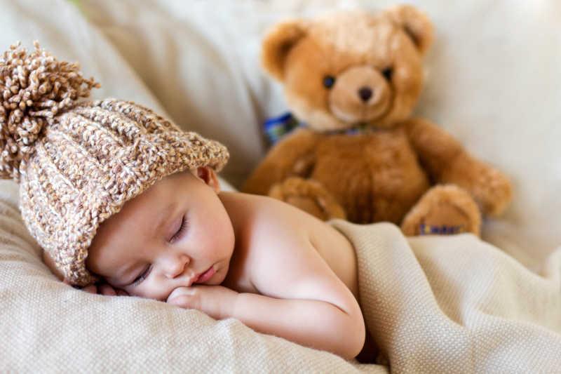 睡着的婴儿与泰迪熊