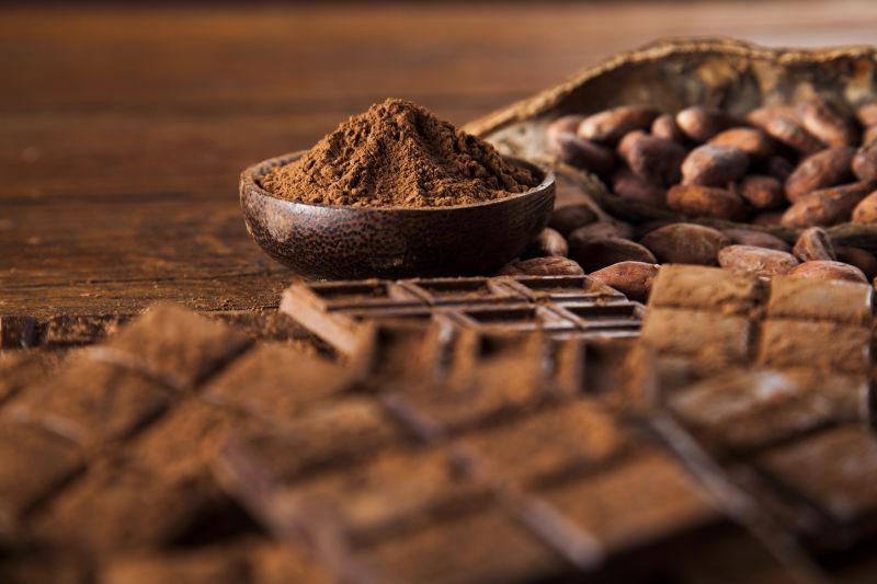 木桌上的巧克力和可可豆