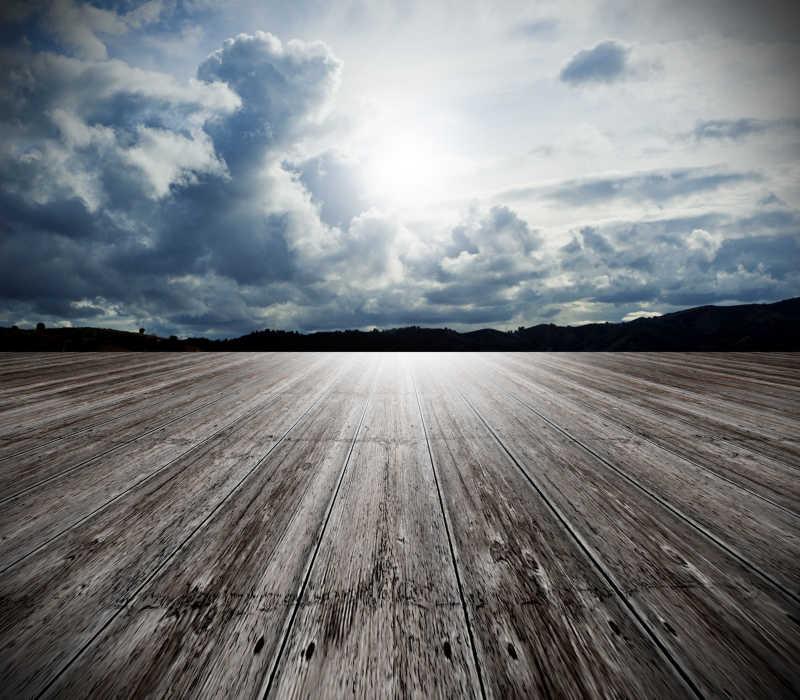 有云和阳光的天空下户外的木地板