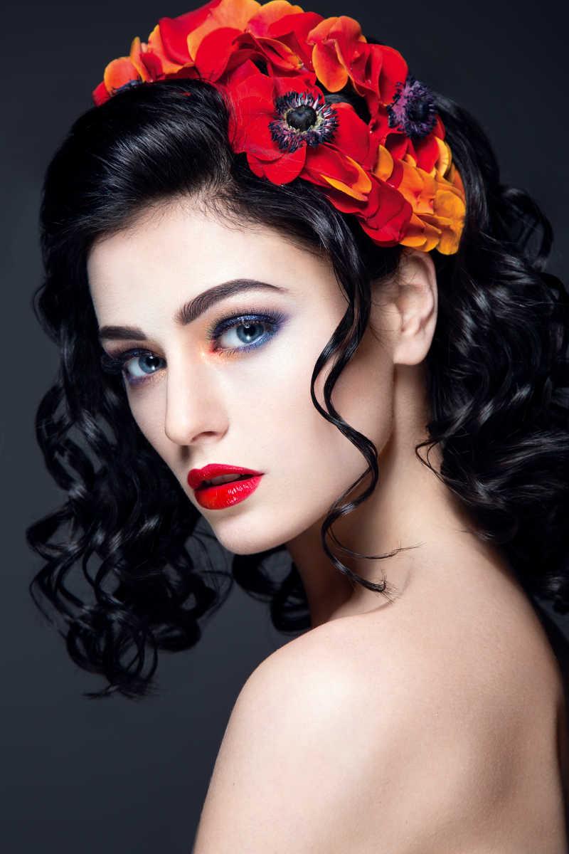 化妆美女的嘴唇图片素材_正在为嘴唇抹唇膏的化妆美女