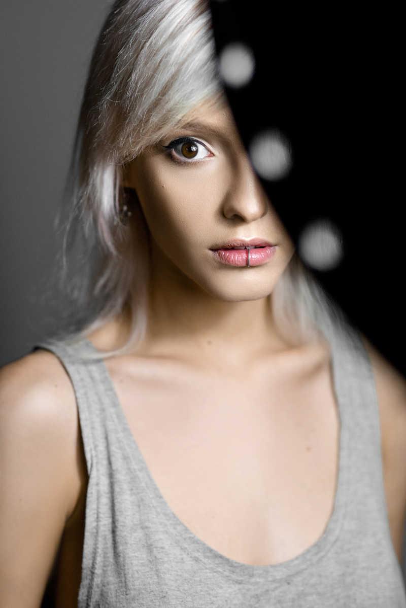 一位年轻白色头发美女