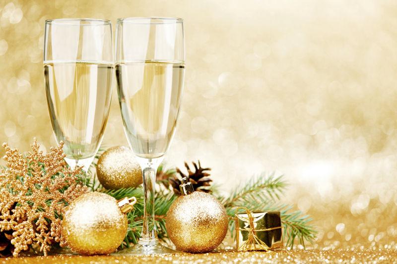香槟和圣诞装饰品