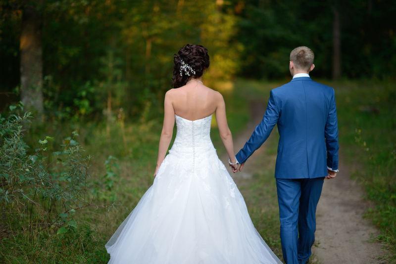 海滩边上的新婚夫妇图片素材_走在海滩上的婚礼夫妇