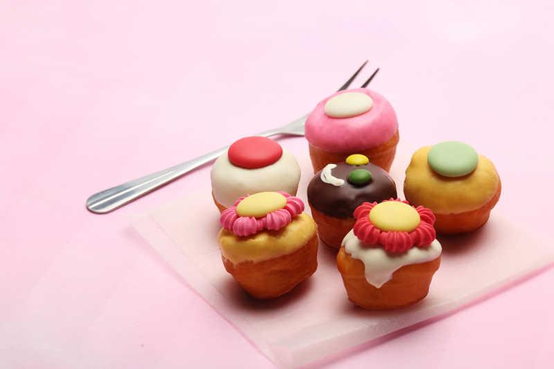 美味的六个可爱小蛋糕