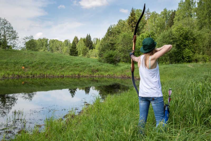 在草坪上射箭的女人