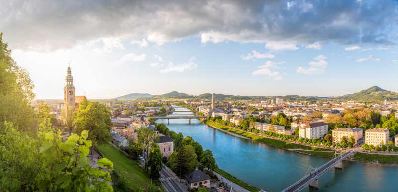 蓝天白云下美丽的萨尔茨堡市全景