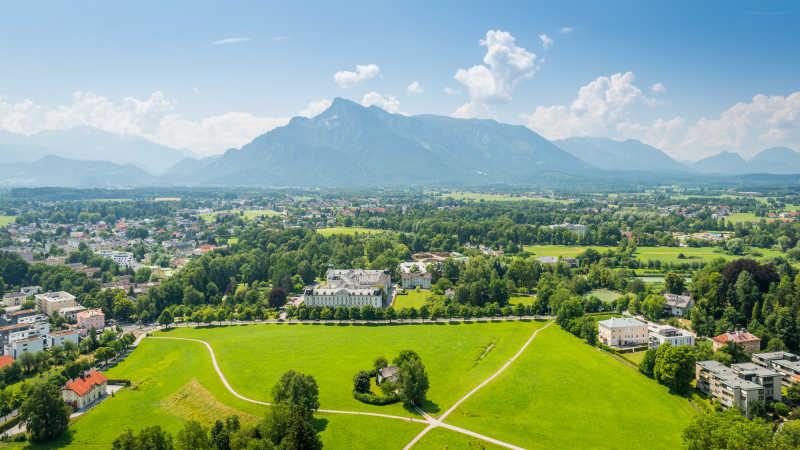 晴空万里的奥地利小镇