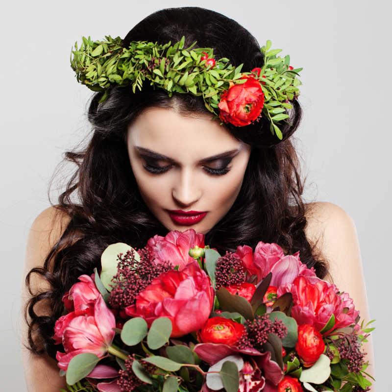 美丽的女人抱着Summer Flowers
