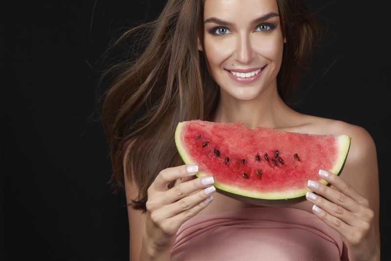 美丽的女人手中拿着西瓜