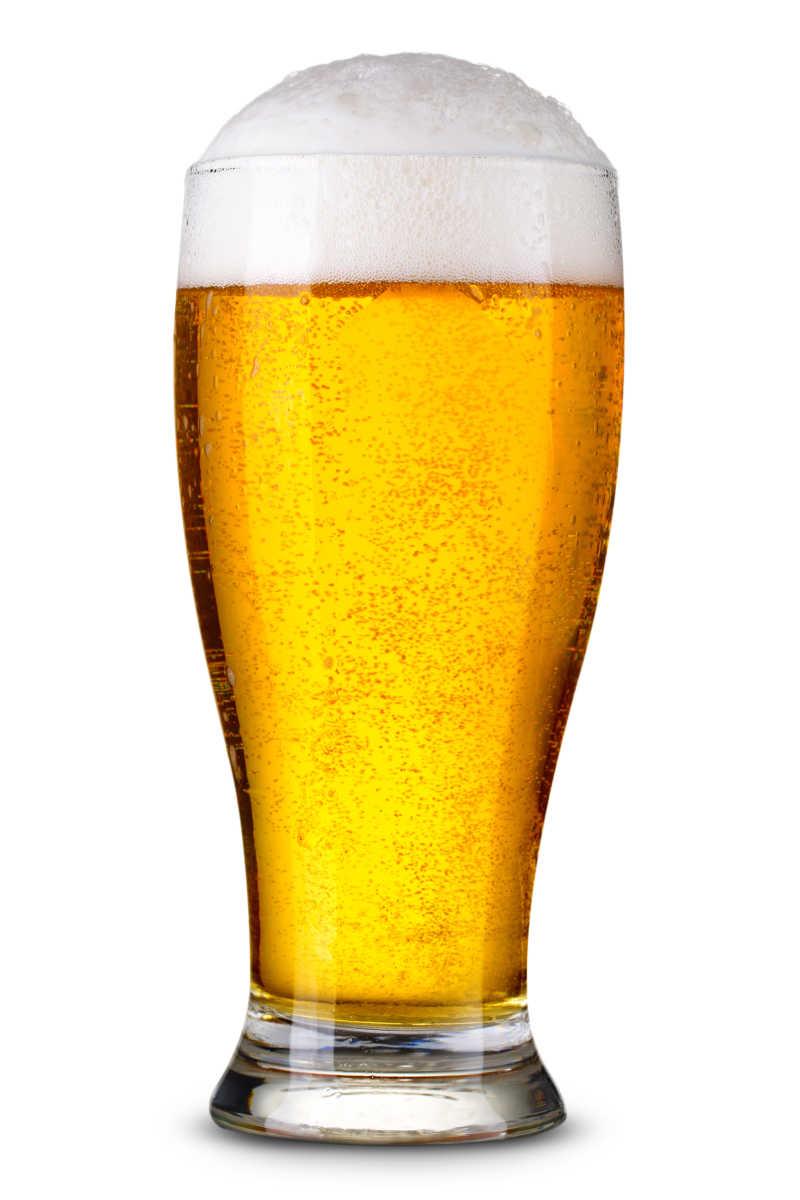 一杯即将溢出的啤酒
