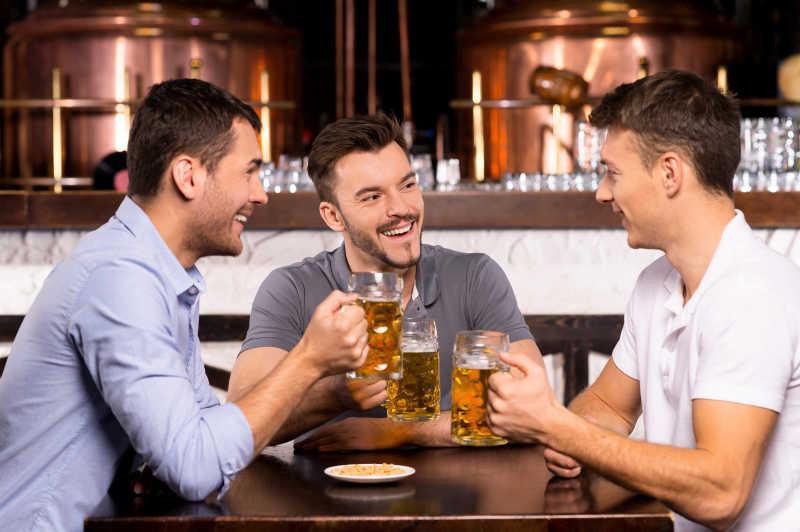 三个成年男人举杯畅饮