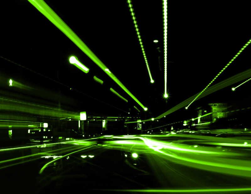 绿色光线下的道路城市夜景